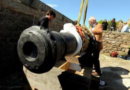 Saint-Malo :  Fort National installation d'un premier canon
