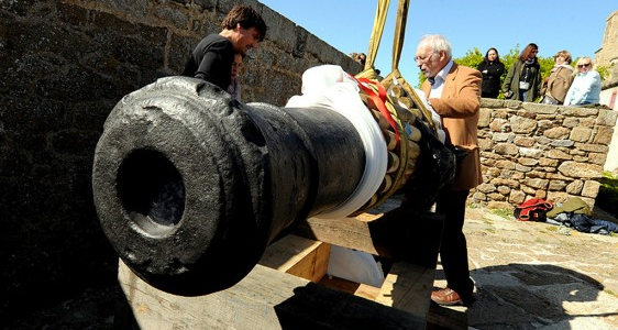 Saint-Malo :  Fort National installation d'un premier canon