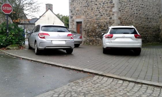voiture-trottoir-STOP-Sq-3